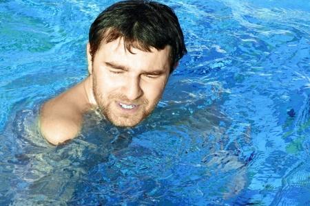 donna farfalla: uomo nuota in piscina Archivio Fotografico