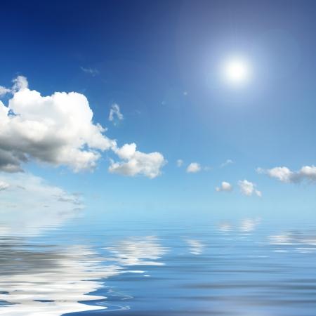 cielos abiertos: nubes blancas en el cielo azul de temporada