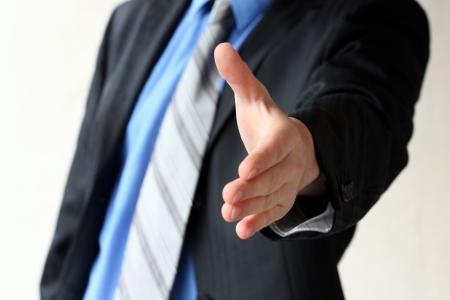 bienvenida: Joven hombre de negocios dando la mano para apret�n de manos