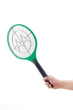 fumigador: Mano masculina mantenga asesino mosquitos electrónico aislado en el fondo blanco.
