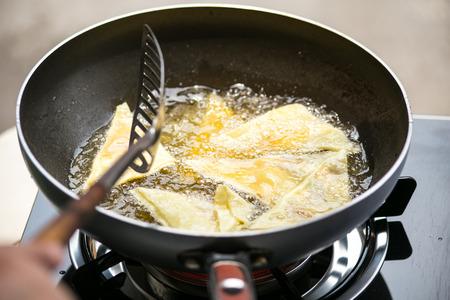 Teigplatte Frittieren in sehr heißem Öl.