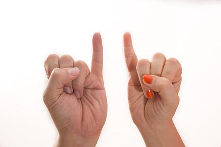 dedo meÑique: El hombre y la mujer haciendo un símbolo de la promesa del meñique aislado sobre fondo blanco. Foto de archivo