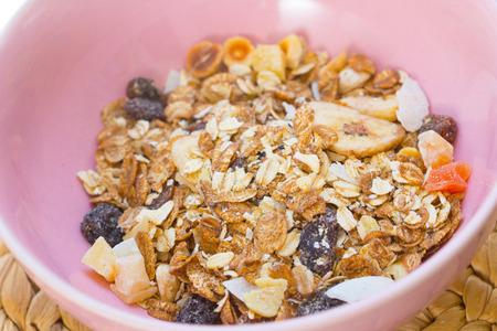 Muesli dans la cuillère, concept d'aliments sains.
