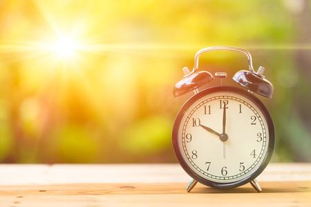 numero diez: Retro 10 horas y el sol de la mañana con el día de luz brillante y Flare Blur Verde Jardín de fondo con espacio para texto. Foto de archivo