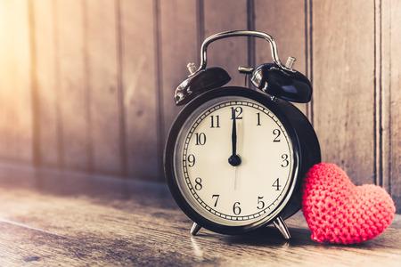 愛時計ビンテージ トーンは、12、甘い愛情のある古い木材の背景に思い出話過去の時間をタイムアウトしました。
