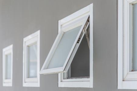luifel raam open, moderne woning aluminium push ramen.
