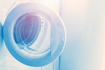 Lavadora de carga frontal o lavadoras, tecnología doméstica de estilo de vida moderno para limpiar la ropa. Foto de archivo - 75007166
