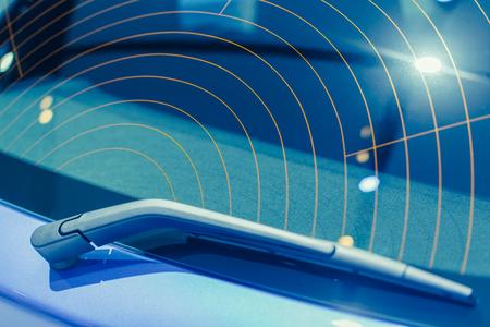 Parabrezza in vetro posteriore auto con vetro antiappannante caldo fili elettrici tecnologia di guida di sicurezza tonalità di colore blu Archivio Fotografico - 78490505