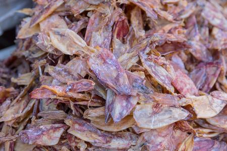 Mahachai 시장 해산물 시장에서 음식 판매를 위해 말린 오징어 태국의 가장 큰 해산물 시장 중 하나.