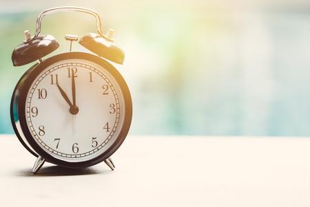 11 レトロな時計屋外スイミング プールではリラックス時間休日時間の概念です。