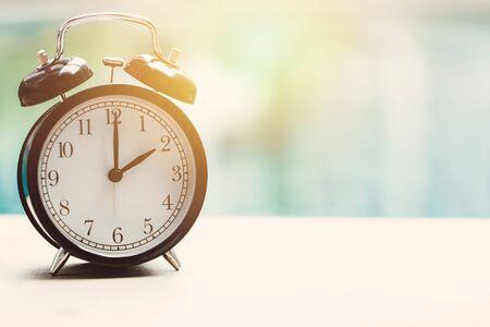 2 uur retro klok bij het zwembad openlucht ontspan de tijdconcept van de tijdvakantie.