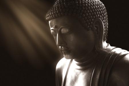 Kalme Boeddha met licht van wijsheid, vredelievende Aziatische Boeddha zen tao religie kunst stijl standbeeld. Stockfoto