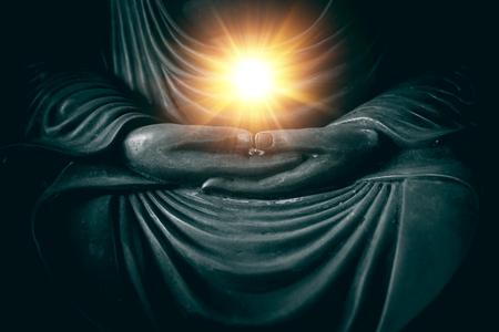 hand van Boeddha met licht van wijsheid en kracht van adem in de religie van Aziatische concept.