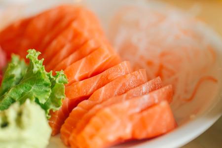japanisches Essen. Japan frischer Lachs Fisch Meeresfrüchte Sashimi serviert mit Wasabi Paste.