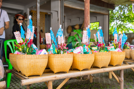 Lampang Thailand - 20 september 2017 Tan Kuay Salak Festival - Noordelijk Thais ritueel dat mensen levensmiddel en waardevolle dingen zullen geven aan de tempel en monniken die ze geloven voor verdiensten die zijn overleden.
