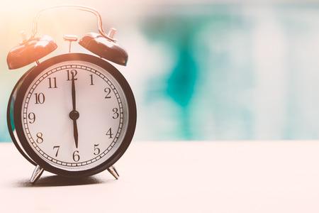 시간 6시 복고 시계 밖으로 빈티지 색상 톤 텍스트에 대 한 공간을 가진 빈티지