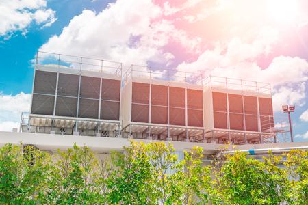 Refrigeratori d'aria HVAC su unità di climatizzazione da tetto per sistemi di raffreddamento ad aria per grandi industrie Archivio Fotografico
