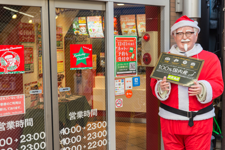 Kentucky Fried Chicken of KFC in de decoratie van Japan in de oorzaak van de Kerstman in bevordering van het de winterseizoen van de Winter in OSAKA, JAPAN 6 December 2017.
