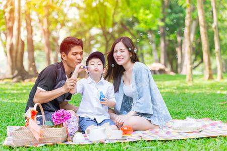 Aziatische tiener familie gelukkige vakantie picknick moment in het park Stockfoto