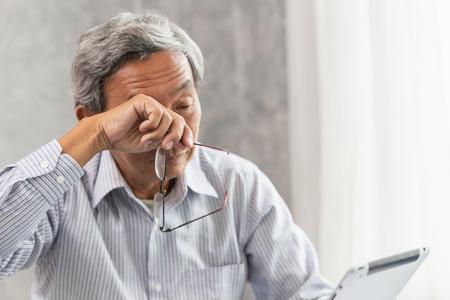 Problemas de irritación ocular de ancianos asiáticos, fatiga y cansancio por trabajo duro o síndrome de visión por computadora