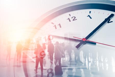 Geschäftszeiten-Konzeptleute, die mit Zeituhr überlagern Standard-Bild
