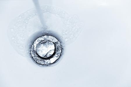risciacquare con acqua per affondare i buchi nel lavandino del bagno