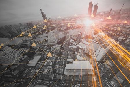 ludzie w koncepcji połączenia biznesowego miasta technologii informacyjnych