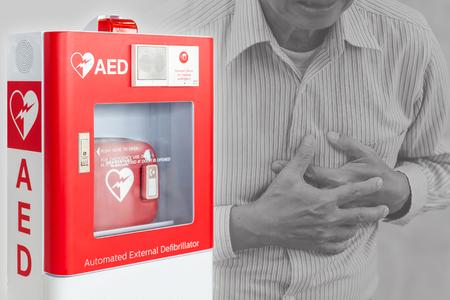 Dispositivo di pronto soccorso DAE o defibrillatore automatico esterno per aiutare le persone a ictus o infarto nello spazio pubblico