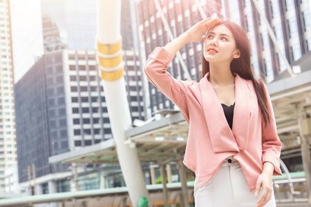 Danni alla pelle delle donne asiatiche dell'ufficio dal concetto di inquinamento dell'aria della città dei raggi UV del sole