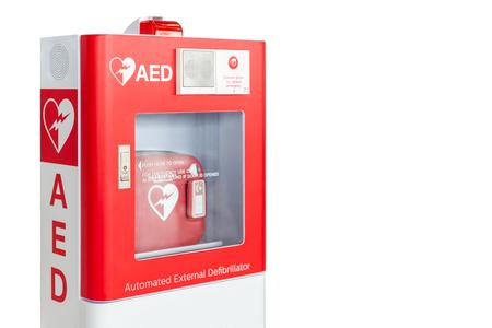 Caja de AED o dispositivo de primeros auxilios médicos desfibrilador externo automatizado aislado sobre fondo blanco.