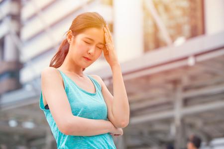 Mal di testa teenager della ragazza dal dolore di emicrania di calore di sole caldo di colpo di sole di giorno.