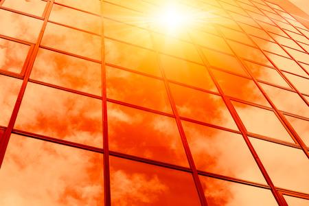clima caluroso verano soleado reflexionar sobre el edificio de ventanas de vidrio