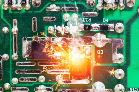 Circuit électrique court-circuit surchauffe puce sur le PCB.