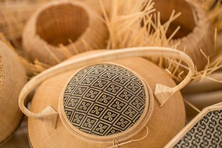 Thailändisches OTOP-Produkt aus trockenem Hygaliepa-Grasgewebe als Korbflechterei Standard-Bild