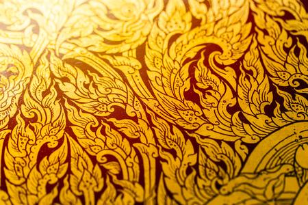 Vernice di colore dell'oro del modello di arte antica magnifica tailandese su struttura di legno nel tempio.