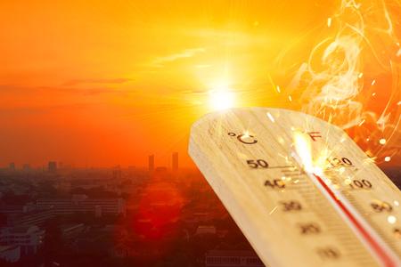 Sommer heißes Wetter Saison Hochtemperatur-Thermometer mit Blick auf die Stadt.
