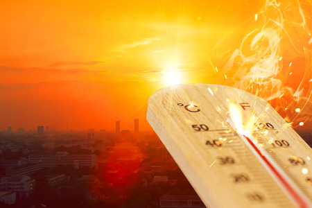 summer hot weather season high temperature thermometer with city view. Stockfoto