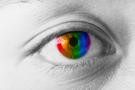 Concepto de visión de ojos de colores, macro de primer plano de pupila colorida de arco iris LGBT