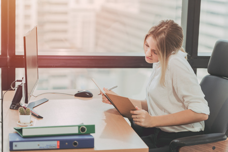 Giovane ragazza d'affari impegnata che lavora impegnata in ufficio, receptionist e assistente personale che prende nota del tono di colore vintage