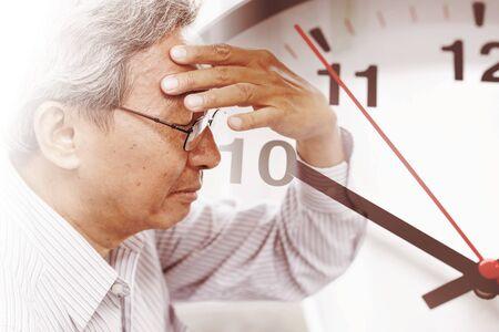 oudere man verliest zijn geheugen door geheugenverlies. Brain Stroke dood klok countdown concept. Stockfoto