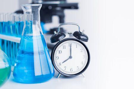 Horloge avec verrerie chimique pour la recherche en sciences médicales en laboratoire