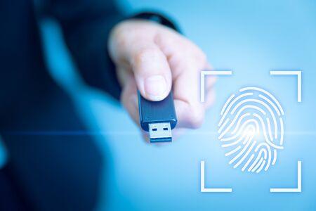 Accès par clé USB avec scanner biométrique d'empreintes digitales pour le futur concept de technologie de sécurité des données. Banque d'images
