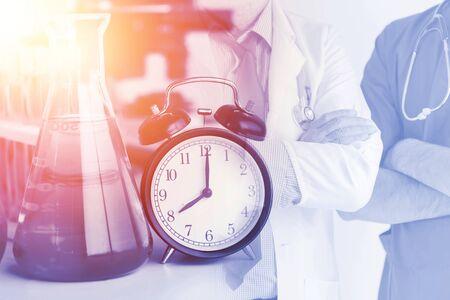 Medical Times Health Care Hospital avec médecin et horloge Image. Banque d'images