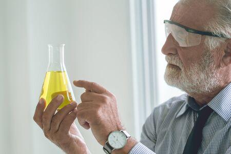 Un scientifique professionnel découvre une nouvelle formule chimique à partir de longues inventions de recherche, pointant la main sur le concept de sélection scientifique.