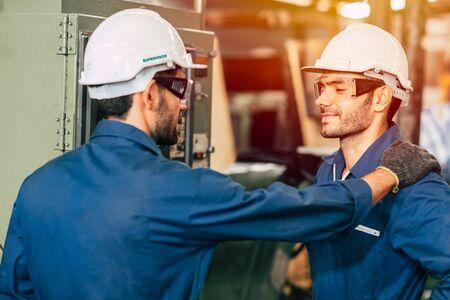 ingeniero supervisor admiraba y enorgullecía a su equipo de trabajadores, trabajando bien de manera más eficiente.