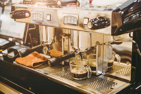 closeup espresso machine making fresh coffee at coffee shop vintage color tone 免版税图像