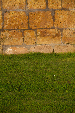 Stones wall on green laws Banque d'images