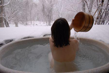 indulgere: una giovane donna coreana in un contesto di apertura aria calda Onsen bagno nel Snowfield  Archivio Fotografico