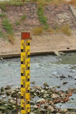 Measure the water level in dam Stock Photo - 17010112