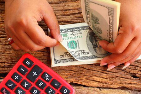 letra de cambio: Contar el dinero con las manos